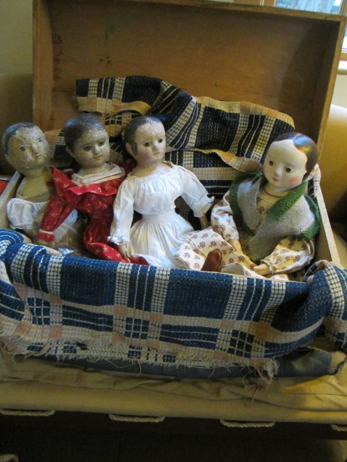 My dolls asked Lucy to share her knitting tips, as they all admired her cozy warm shawl very much.