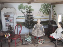 Paula's doll took a few minutes to help decorate the parlor, before packing for her trip to her new home <3